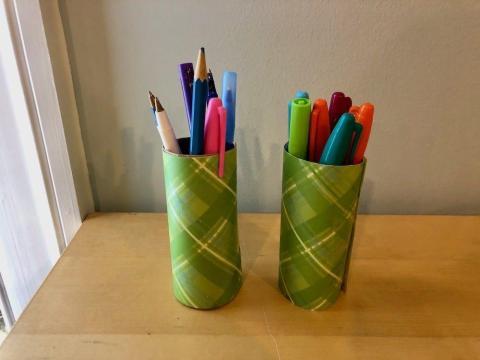 Porta lápices caseros con papel de regalo viejo y el centro de un rollo de papel higiénico