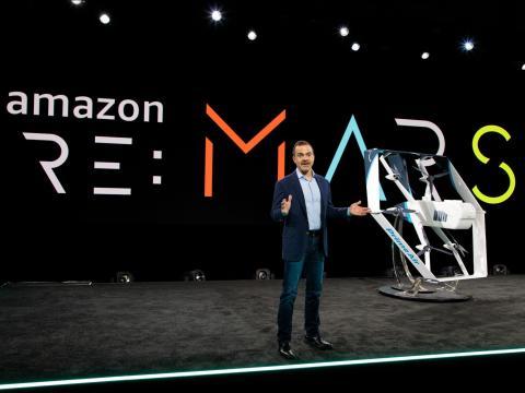 El jefe de retail de Amazon, Jeff Wilke, revela el nuevo modelo de dron de Prime Air en la conferencia de robótica Re:Mars de 2019.
