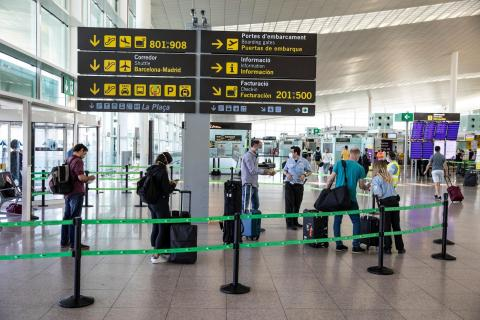 Pasajeros en el aeropuerto de Barcelona el Prat en la reapertura a los turistas europeos y del área Schengen.