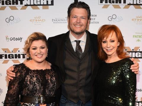 Kelly Clarkson, Blake Shelton y Reba McEntire asisten a la Celebrity Fight Night de Muhammad Ali en 2015.