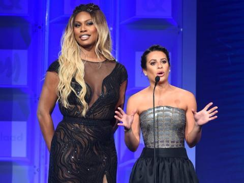 Laverne Cox y Lea Michele hablan en el escenario en la 29ª entrega anual de los Premios GLAAD Media.
