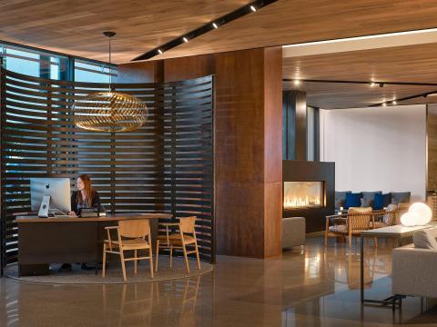 El vestíbulo en un hotel de California diseñado por Gensler.