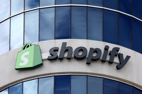 El logo de Shopify en su sede de Ottawa.