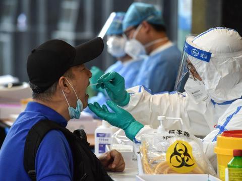 Un hombre es examinado para detectar COVID-19 en Nanjing, en la provincia oriental de Jiangsu, China, el 15 de junio de 2020.