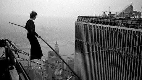 "Philippe Petit en ""Man on Wire."""