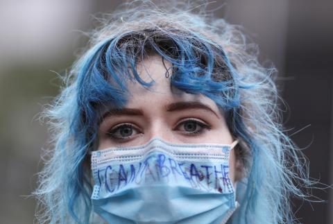 Una manifestante del movimiento 'Black lives matter' durante la pandemia del coronavirus