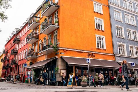 La gente se sienta en la terraza del Café Gavlen después de que reabriera en Copenhague el 18 de mayo de 2020.