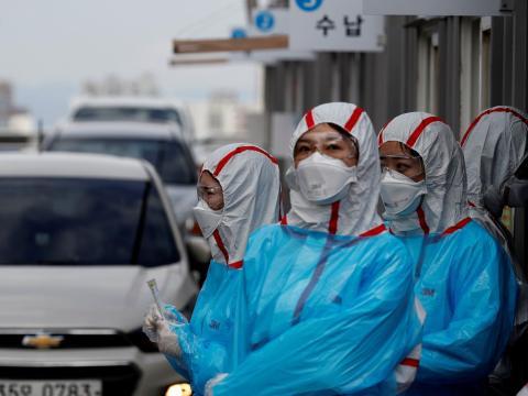 Personal médico con equipo de protección trabaja en un centro de pruebas de coronavirus en el Centro Médico de la Universidad de Yeungnam en Daegu, Corea del Sur, el 3 de marzo de 2020.