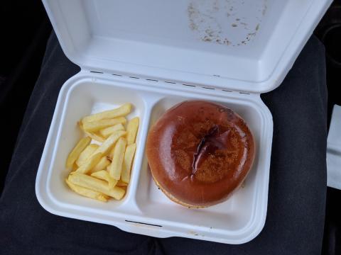 El menú estaba formado de una hamburguesa, patatas fritas y refresco. 14 euros.