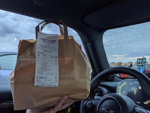 El pedido llega directamente hasta el coche con las máximas medidas de seguridad.