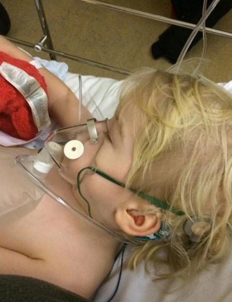 El hijo de Mikaela Rydberg, que con frecuencia necesita ser tratado con oxígeno.
