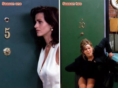 La puerta de entrada de Mónica en la primera temporada, episodio 2 versus la segunda temporada, episodio 1.