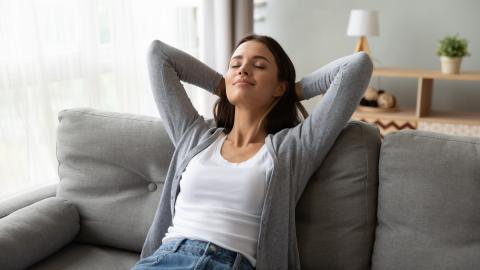 Mujer en un sofá relajada