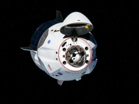 La nave espacial SpaceX's Crew Dragon, llamada Endeavour por los astronautas de la NASA Bob Behnken y Doug Hurley, se acerca a la Estación Espacial Internacional para acoplarse el 31 de mayo de 2020.