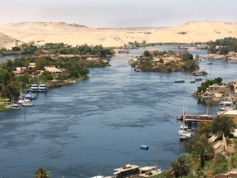 El Nilo pasa alrededor de grandes obras arqueológicas.