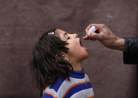 Una niña recibe una vacuna contra la polio
