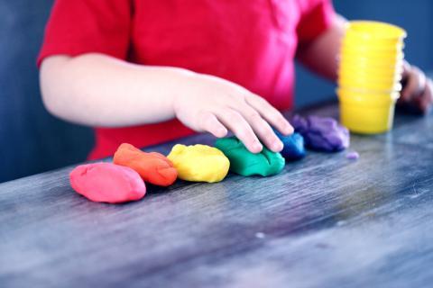 Un niño jugando con plastilina