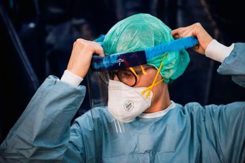 Una enfermera se pone el EPI en una tienda de campaña en un hospital de Estocolmo el 22 de abril de 2020.