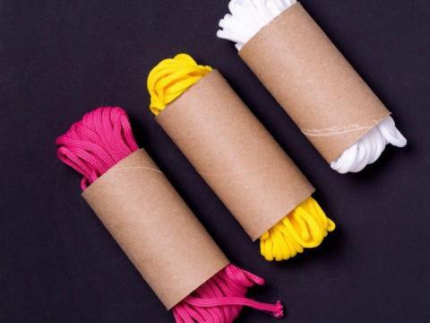 Si tienes cordones de repuesto, usar rollos de papel higiénico es una manera fácil de mantenerlos organizados.