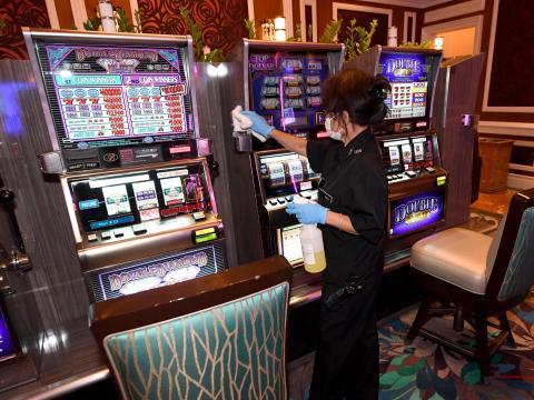 Una trabajadora desinfecta las máquinas tragaperras de una de las salas de juego del Bellagio.
