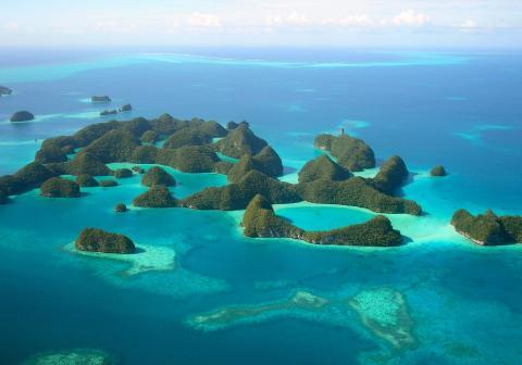 Palau, una nación de islas poco pobladas del Pacífico rodeadas de aguas turquesas repletas de peces y almejas gigantes