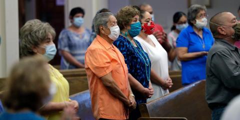 Los miembros de la parroquia llevan máscaras en la Iglesia Católica de Cristo Rey en San Antonio, el 19 de mayo.