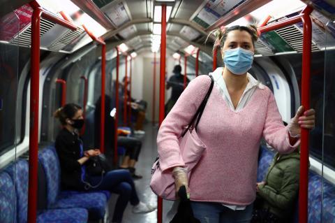 Una pasajera con mascarilla en el metro de Londres