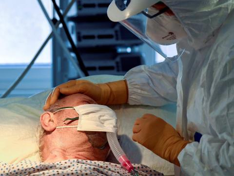 Un paciente con coronavirus en la unidad de cuidados intensivos del hospital Circolo de Varese, Italia, el 9 de abril de 2020.