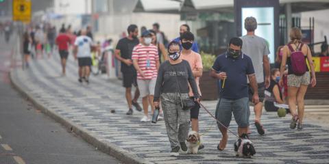Los peatones caminan por la acera de la playa Leblon el 6 de junio de 2020, en Río de Janeiro, Brasil.