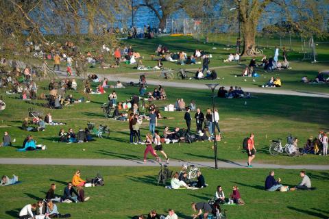 Gente disfrutando de un día primaveral durante el brote de coronavirus en Estocolmo, Suecia, el 22 de abril de 2020.