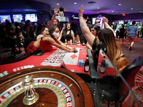 Los apostantes celebran un triunfo mientras juegan a la ruleta durante la reapertura del The D Las Vegas el 4 de junio de 2020.