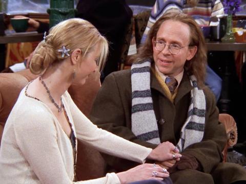 Phoebe y su padre biológico en 'El del bolso de Joey'.