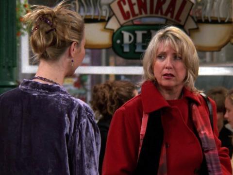 La madre biológica de Phoebe hizo su última aparición en 'El del útero de Phoebe'.