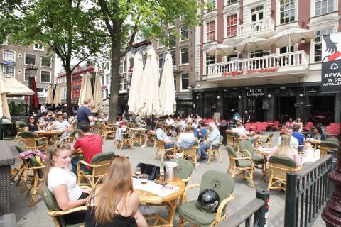 Turistas y locales disfrutando en la terraza del Leidseplen en medio de la pandemia del Coronavirus el 1 de junio de 2020 en Amsterdam, Holanda.