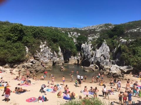 Playa Gulpiyuri llena de gente.