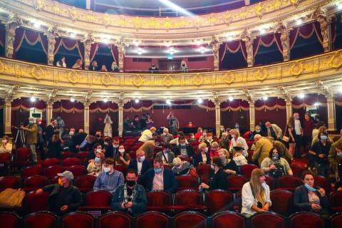 Los espectadores acuden al Teatro Juliusz Slowacki, que celebró su primera actuación después de tres meses de encierro debido a la propagación del coronavirus. Cracovia, Polonia, el 19 de junio de 2020.