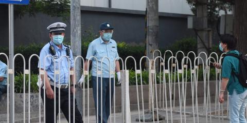 Un oficial de policía bloqueando la entrada a un complejo residencial aislado cerca del clausurado mercado Xinfadi en Pekín el 13 de junio de 2020.