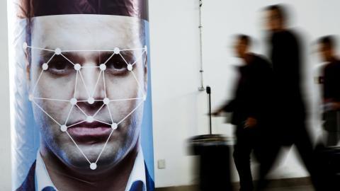 Un poster que simula la tecnología de reconocimiento facial durante una exhibición en China en 2018.