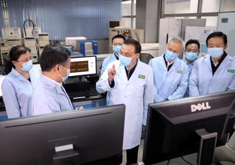 El primer ministro chino Li Keqiang inspecciona el Instituto de Biología de Patógenos de la Academia China de Ciencias Médicas en Pekín.