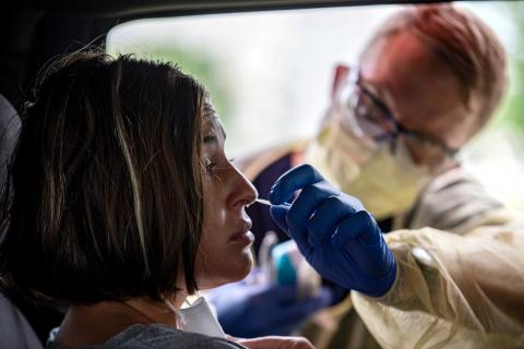Una prueba PCR de coronavirus desde un coche