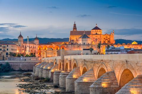 El puente romano de Córdoba, con la mezquita al fondo