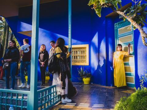 Puerta del jardín de Majorelle con turistas