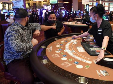 Los clientes juegan al blackjack en el Red Rock Resort el 4 de junio de 2020.