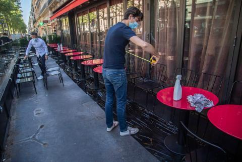 Un restaurante en París, el 1 de junio.