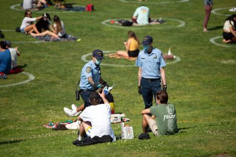 Los cuerpos de policía de San Francisco repartiendo mascarillas en el Parque Dolores, el 22 de mayo.