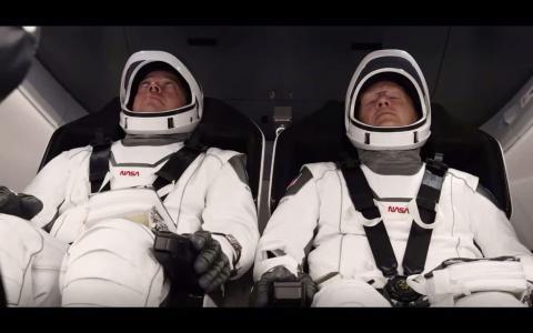 Bob Behnken y Doug Hurley esperan el lanzamiento dentro de la nave espacial Crew Dragon, el 30 de mayo de 2020.