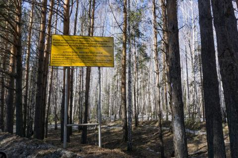 Un letrero advierte a personas que no entren a la ciudad de Ozersk, cerca de la instalación nuclear de Mayak.