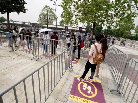 Los marcadores muestran dónde ponerse mientras se espera en la cola en Disneyland Shanghai.