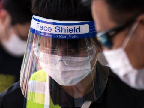 Los empleados de Legoland llevan pantallas protectoras.