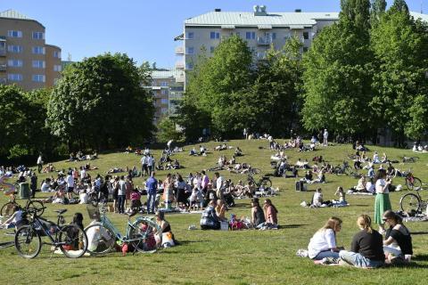 La gente disfruta del tiempo soleado en el parque Tantolunden de Estocolmo el 30 de mayo de 2020, en medio de la pandemia de coronavirus.